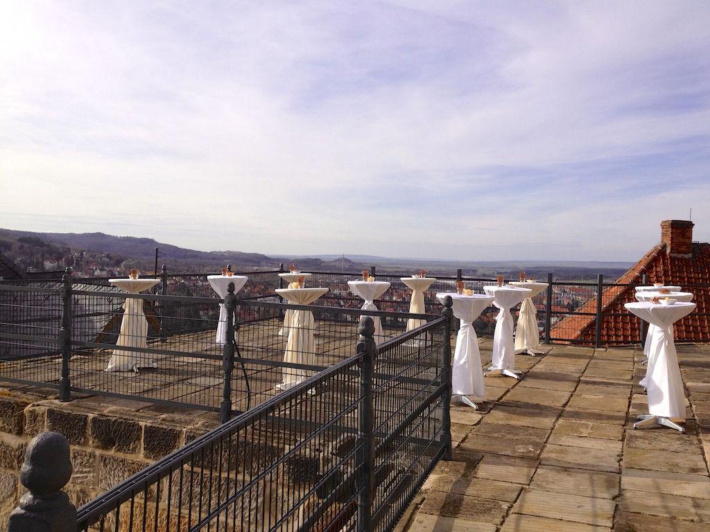 Schloss-Terrasse mit Stehtischen